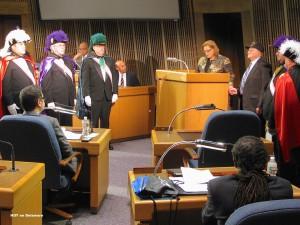 Momento en que la concejala María Cabrera presenta el tributo de reconocimiento a Manny Díaz arropado por los Caballeros de Colón en la sala de plenos del ayuntamiento de Wilmington.