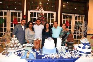 Andrea y Kevin con sus padres durante la celebración del babyshower.