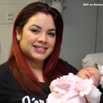 Lucy Sandoval con su recién nacida Ataley.