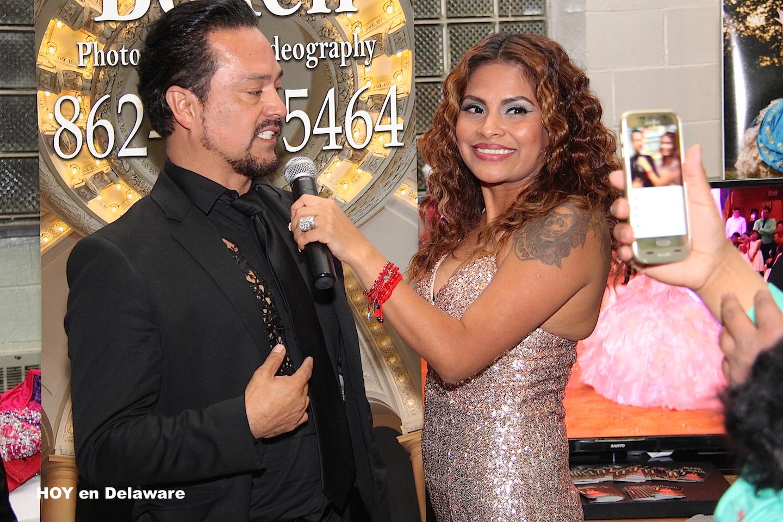 Patty Mungía, presentadora de la expo, entrevistando a Adan Terriquez.