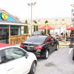 El exterior cuenta con una terraza y una barra para disfrutar de la comida al aire libre.