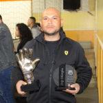 Maximino Colín con los trofeos de mejor portero y de su equipo Olimpia, por ser el mejor equipo de la temporada regular.