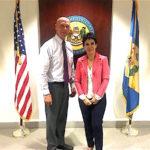 Alicia Kerber Palma con el Secretario de Estado de Delaware Jeff Bullock