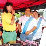 El locutor guatemalteco de la ZMX, César Augusto Najarro, junto a Vladimir Rosales y Jazmín Buke animando al público a hacer sus donaciones