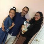 Raymond con su esposa Amneris, su hijo Yael y el ahijado de ambos