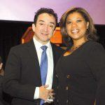 Carlos de los Ramos (izq) director asociado de AARP-Delaware junto a Yvette Peña (dcha), vicepresidenta de AARP para la audiencia latina