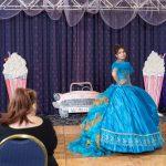 Zithlaly luciendo un hermoso vestido de XV en la Gran Pasarela