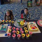 Las jóvenes reposteras de SOLE Delight mostrando algunas de las gelatinas que han hecho famosas a esta firma