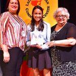 (I-D) Wanda L. Burgos, Samantha López-Rico y María Matos, entregándole el premio a Estudiante del Año del Centro Latino.