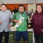 El representante y portero de Alebrijes recogiendo el trofeo de campeón.