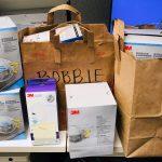 Para lidiar con la escasez de máscaras, la enfermera de Seattle Bobbie Habdas solicitó donaciones en las redes sociales. La comunidad respondió con más de cien máscaras, y personas ofrecieron ayudar con cuidado de niños y otros desafíos que enfrentan las enfermeras. (Foto: Will Stone)